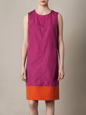 vestido con tira contraste en el bajo